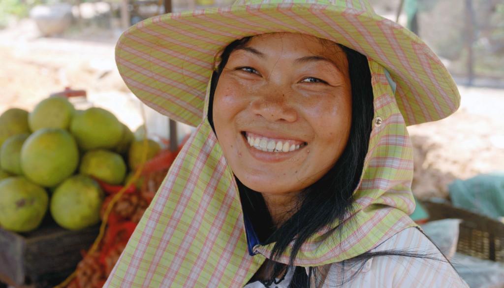 Foto: epd-bild / Norbert Neetz. Marktfrau an der Straße zwischen dem Fischerdorf Stoeng Hav und Sihanoukville an der Küste im Südwesten von Kamdodscha am 2.4.2008.